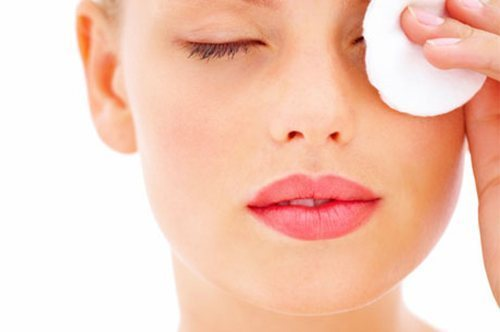 Чем снимать макияж с лица в домашних