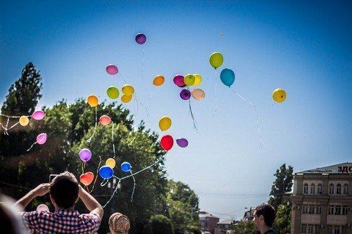 шары улетают в небо