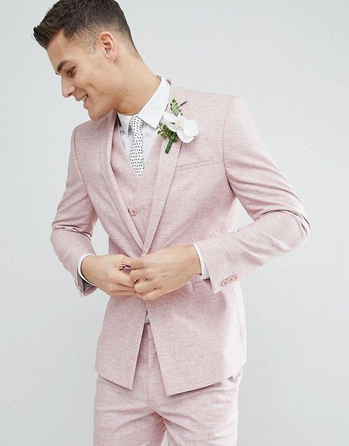 розовый костюм с белым цветком