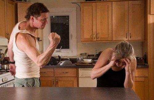 Муж бьет жену