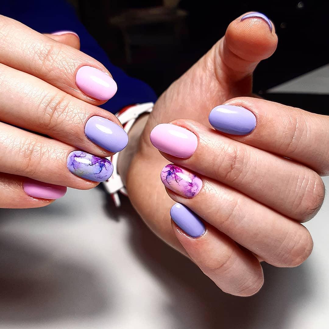 сочетание розового и голубого с узором на безымянном пальце