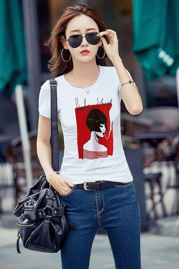 Белая футболка средней длины