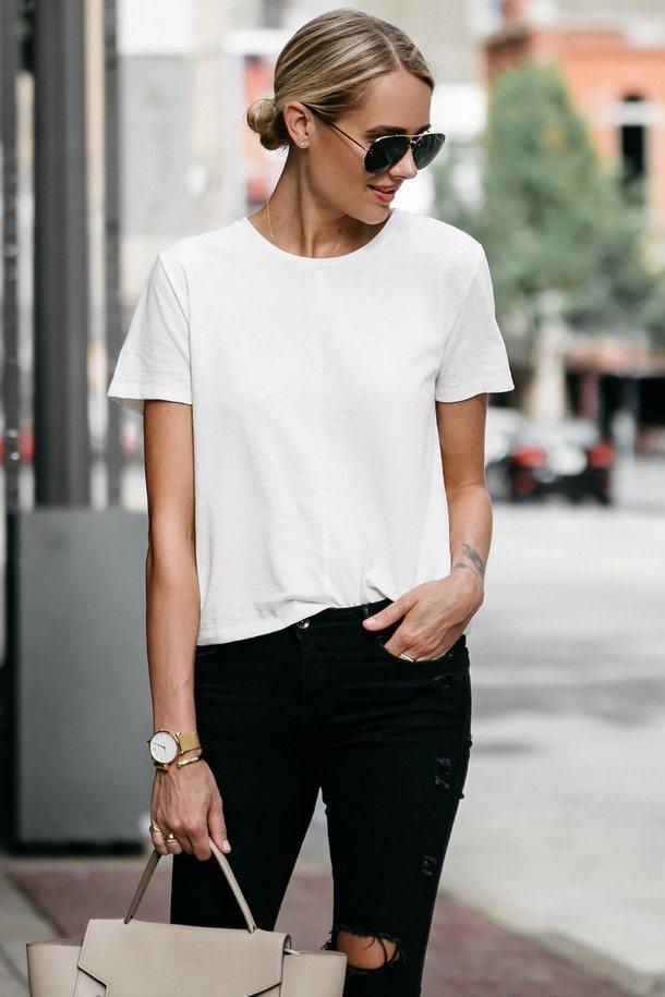 Белая футболка и черные брюки